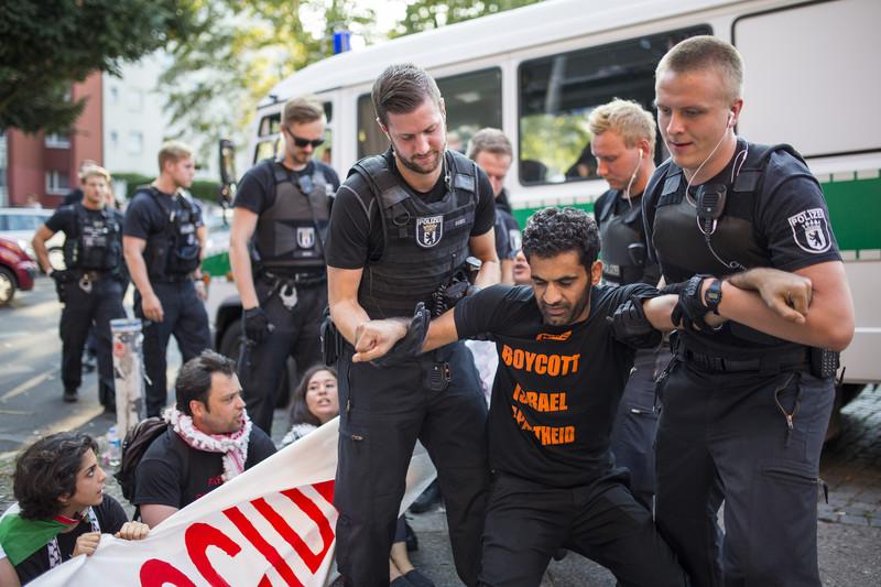 2015-8-30-berlin-police-activestills14409743501op59